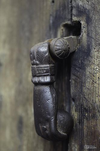 Heurtoir de porte en forme de main à Liège