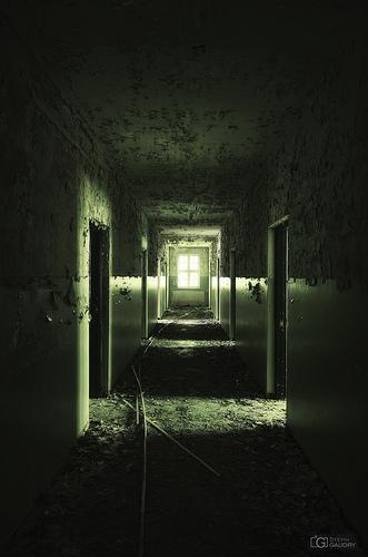 Obsédé par cette froide lumière au bout du couloir...