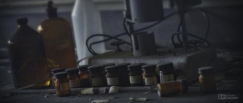 Le labo de chimie dans la pénombre