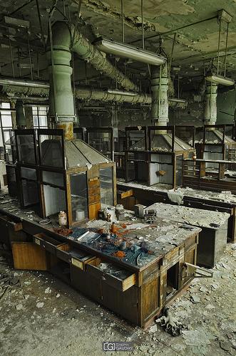Couleurs primaires - le laboratoire abandonné