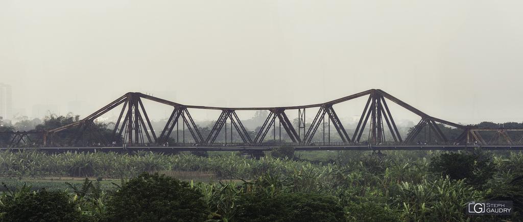 Lever de soleil sur le pont Long Biên à Hanoï