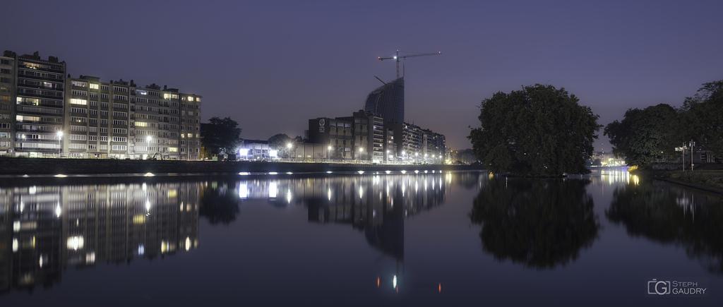 Liège, la tour des finances à l'heure bleue