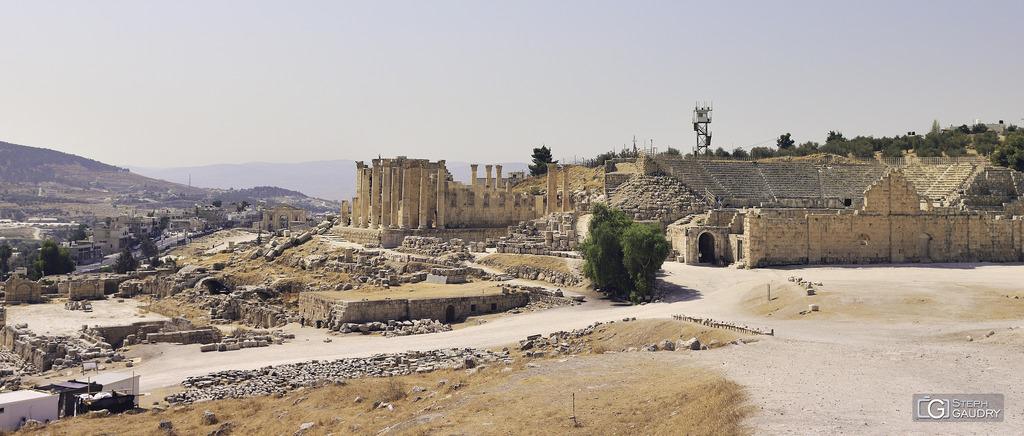 Jerash (JOR) - Le temple de Zeus et le théâtre Sud à droite