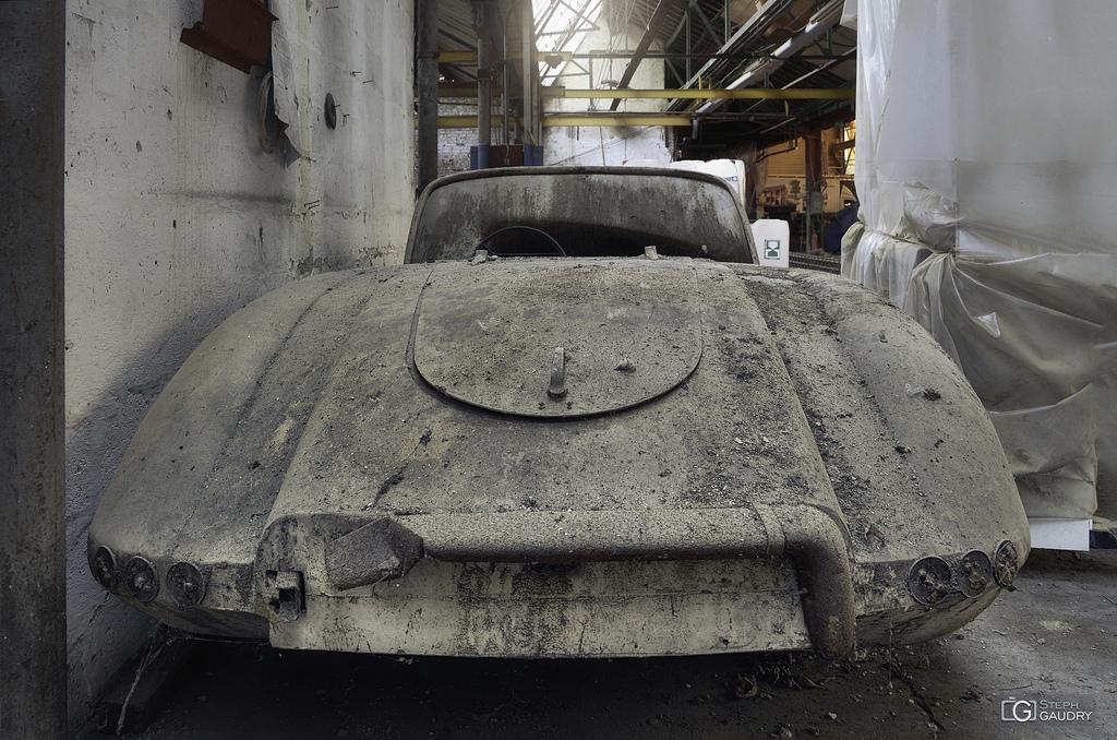 Garage Imperia - voiture abandonnée - arrière