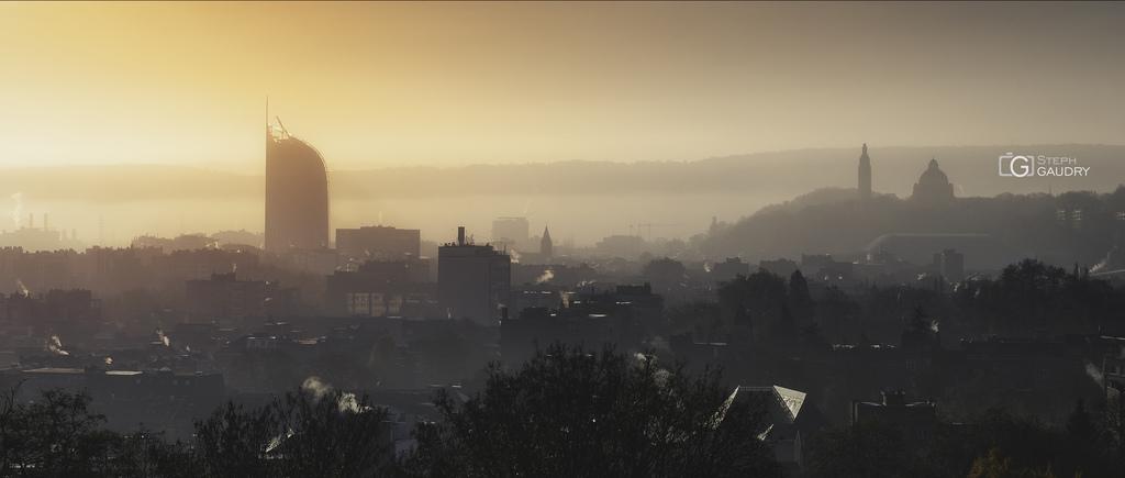 Un lever de soleil sur Liège et la tour des finances