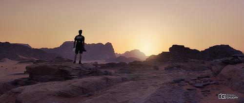 Mon fils Tom, contemplant un coucher de soleil dans le désert du Wadi-Rum