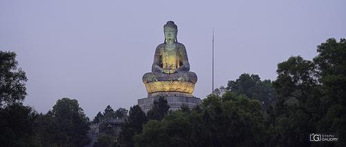Phat Tich - Statue géante de Bouddha au sommet du mont Lan Kha