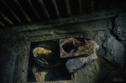 Vaisselle et matériel abandonné sous l'eau du tunnel vers le coffre de tête.
