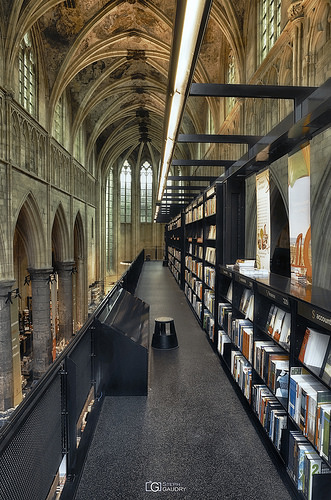 Selexyz Dominicanen: a bookshop in a former church - left