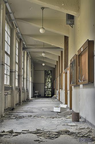 Institut de mécanique - couloir décrépi