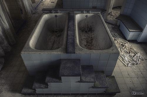 Baignoire double pour une scène de crime unique...