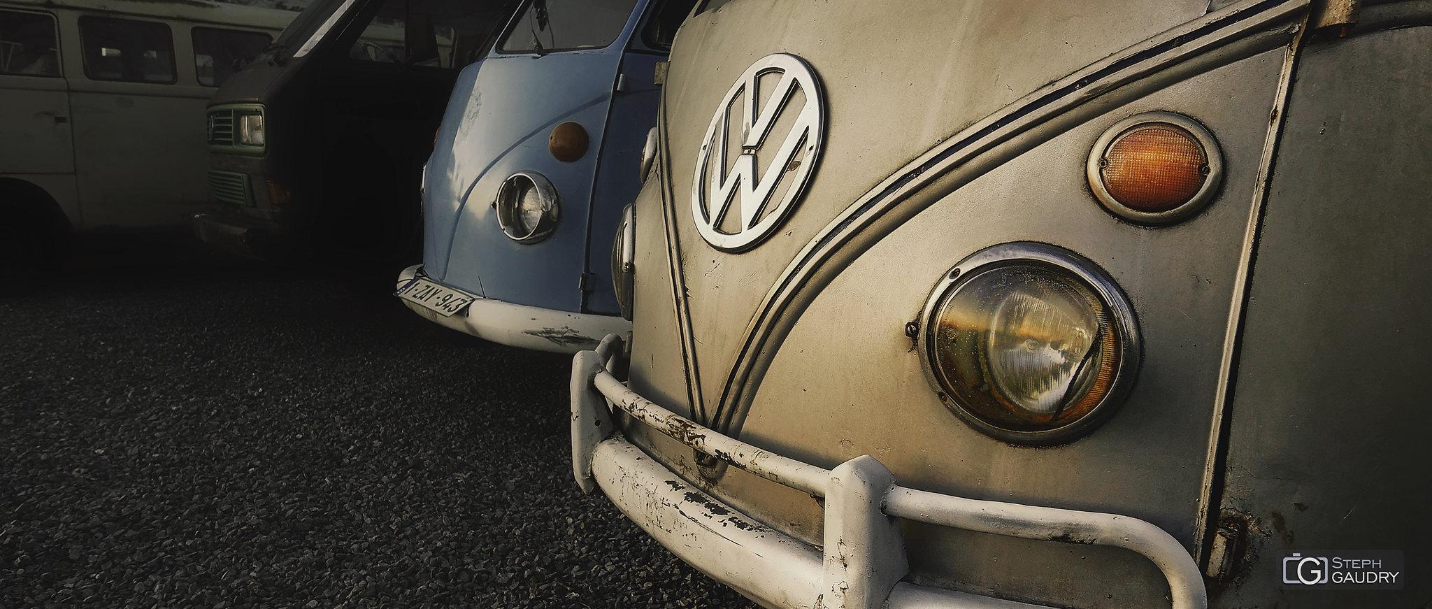 Coucher de soleil sur les anciens minibus VW [Cliquez pour lancer le diaporama]