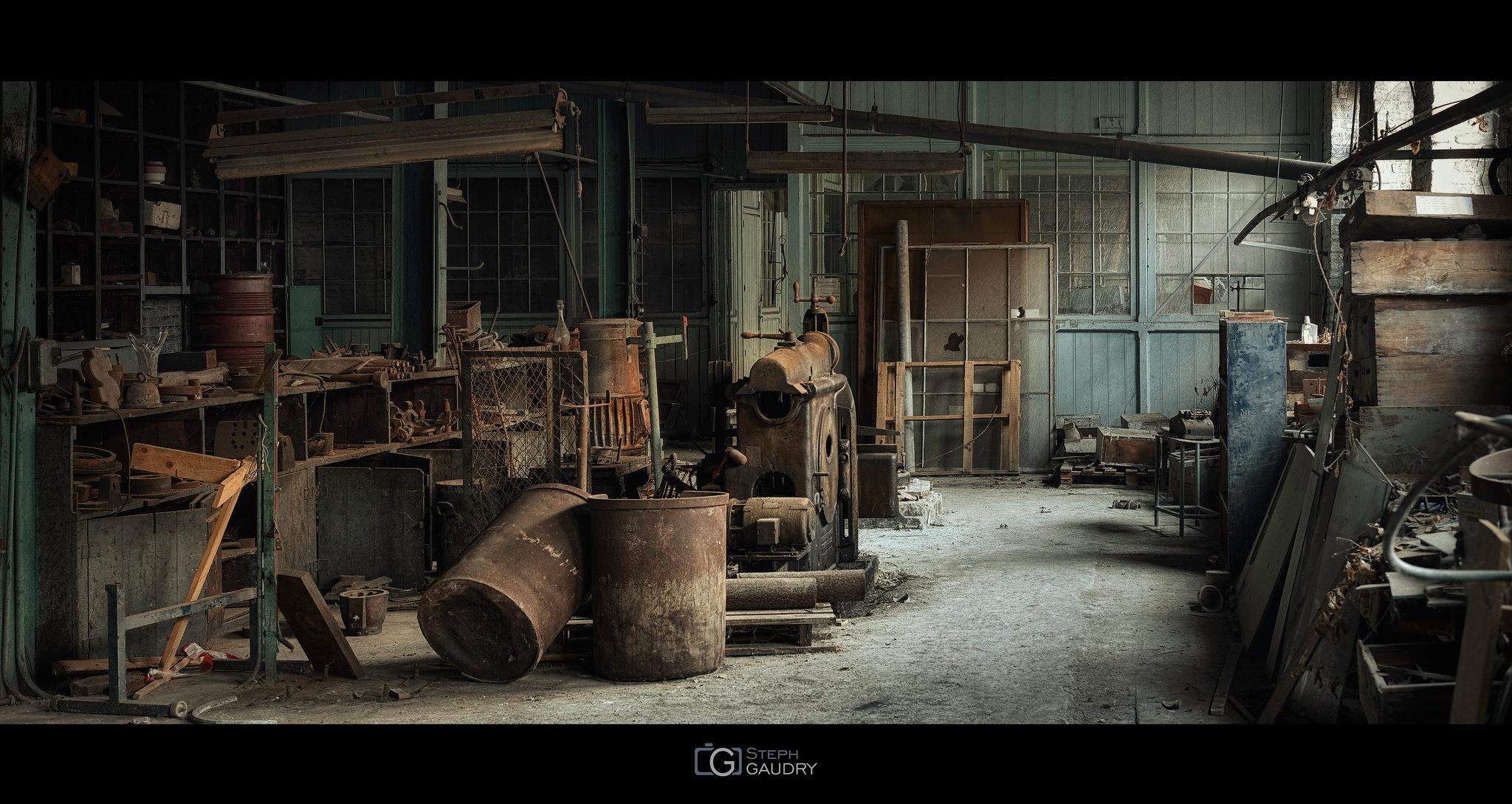 Les ateliers de la cristallerie abandonnée [Click to start slideshow]