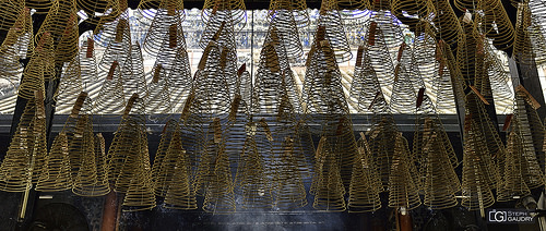 Spirales d'encens au plafond du temple