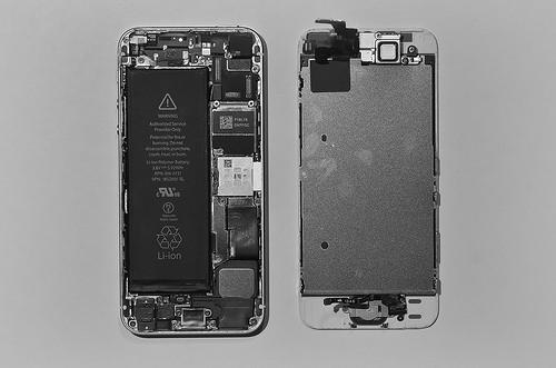 Démontage de l'iPhone 5s - les connecteurs de l'écran