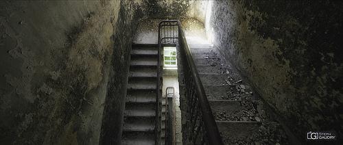 Escaliers décrépis d'un sanatorium de l'Est