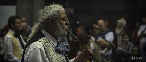 Le joueur de flûte, facilitant le passage entre le monde des vivants et celui des morts