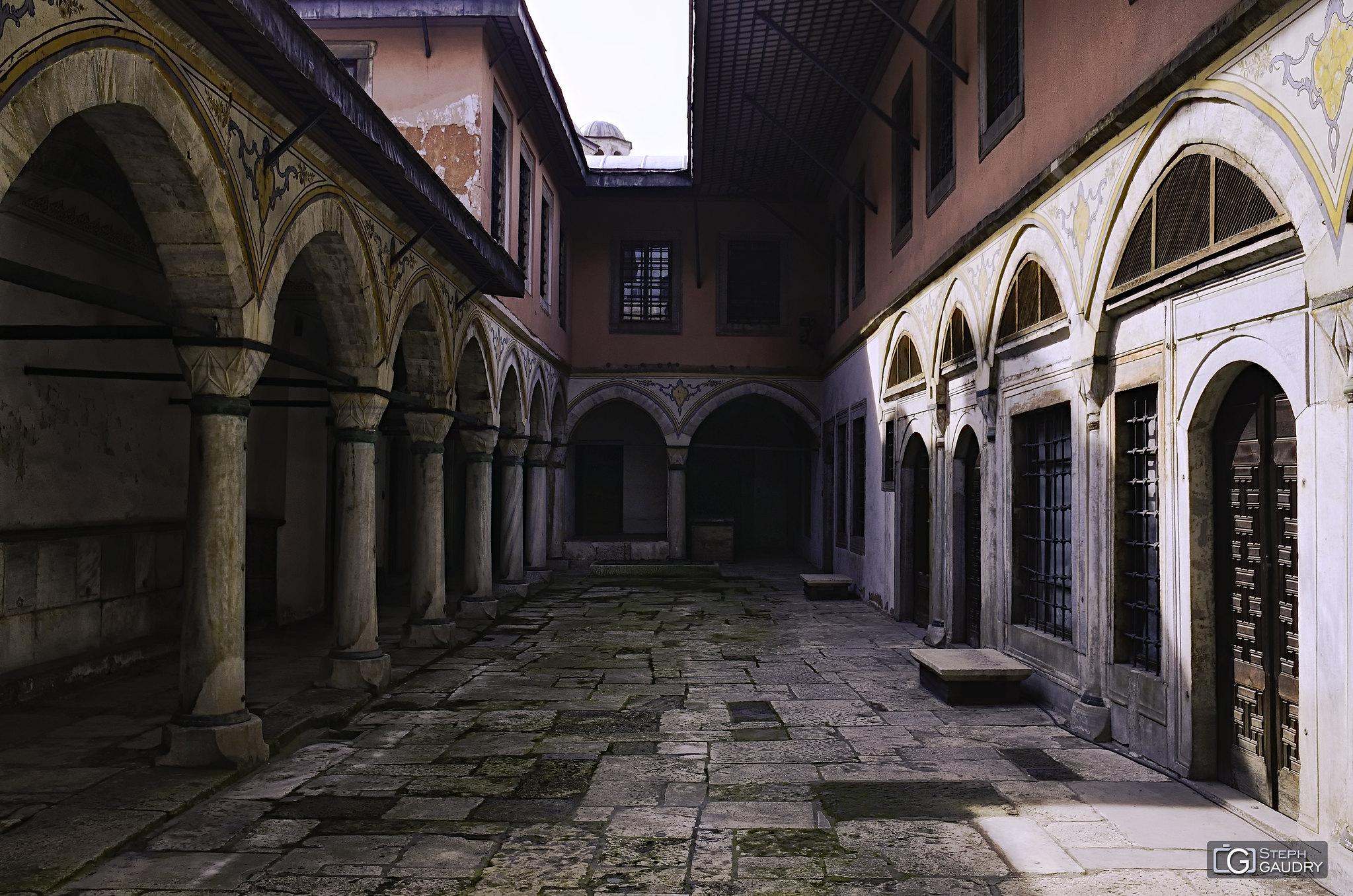 Istanbul, Topkapı Palace - Cour des concubines et des épouses [Click to start slideshow]