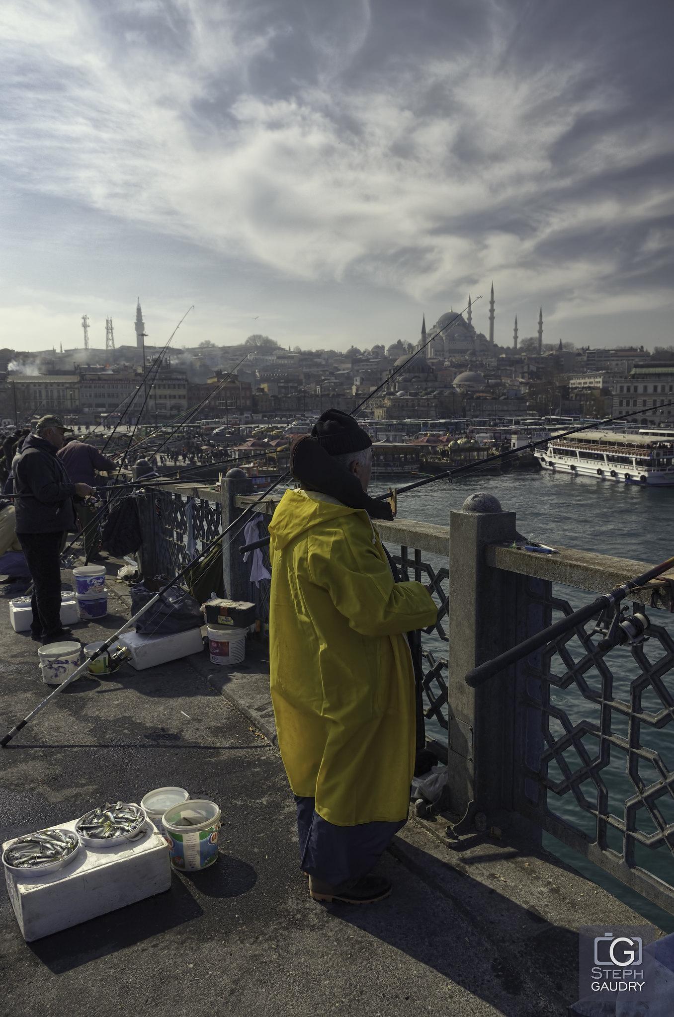 Istanbul, Fishermen on Galata Bridge [Cliquez pour lancer le diaporama]