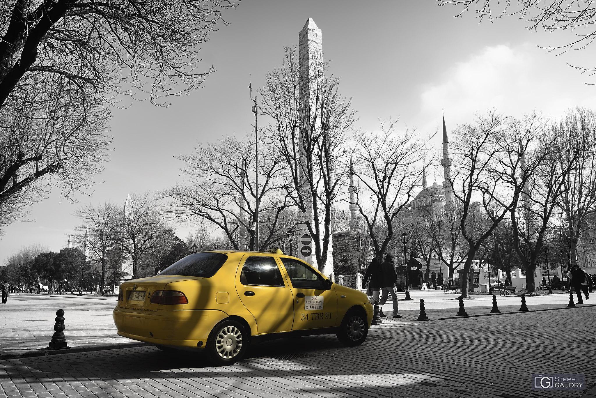 Sultanahmet Camii önünde sarı bir taksi [Klik om de diavoorstelling te starten]