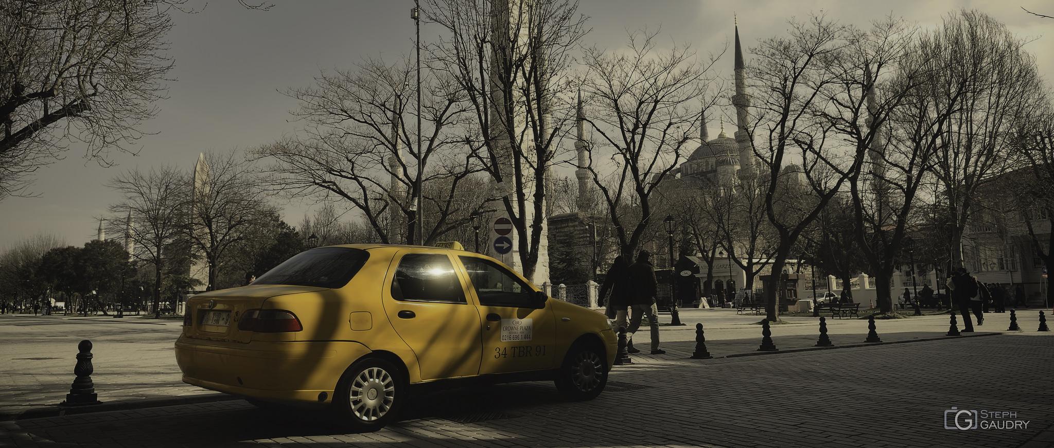 Renkler, sarı taksi ve Sultanahmet Camii [sinemaskop] [Cliquez pour lancer le diaporama]
