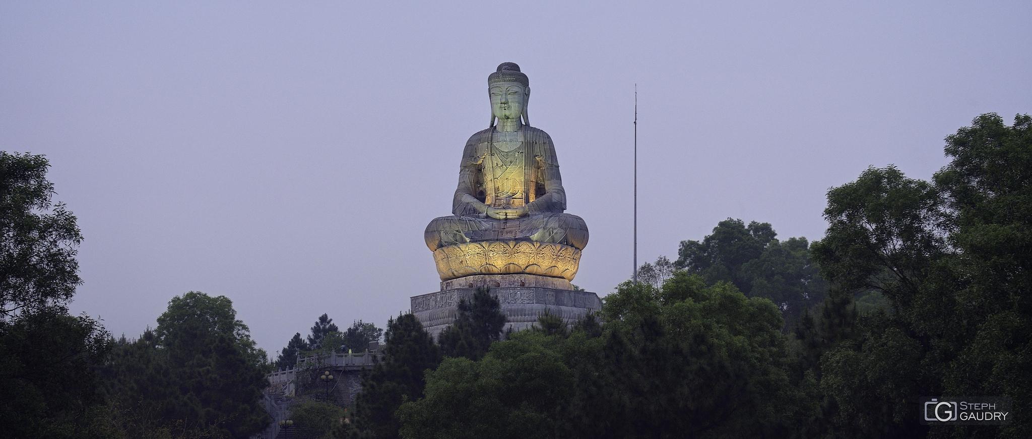 Phat Tich - Statue géante de Bouddha au sommet du mont Lan Kha [Cliquez pour lancer le diaporama]