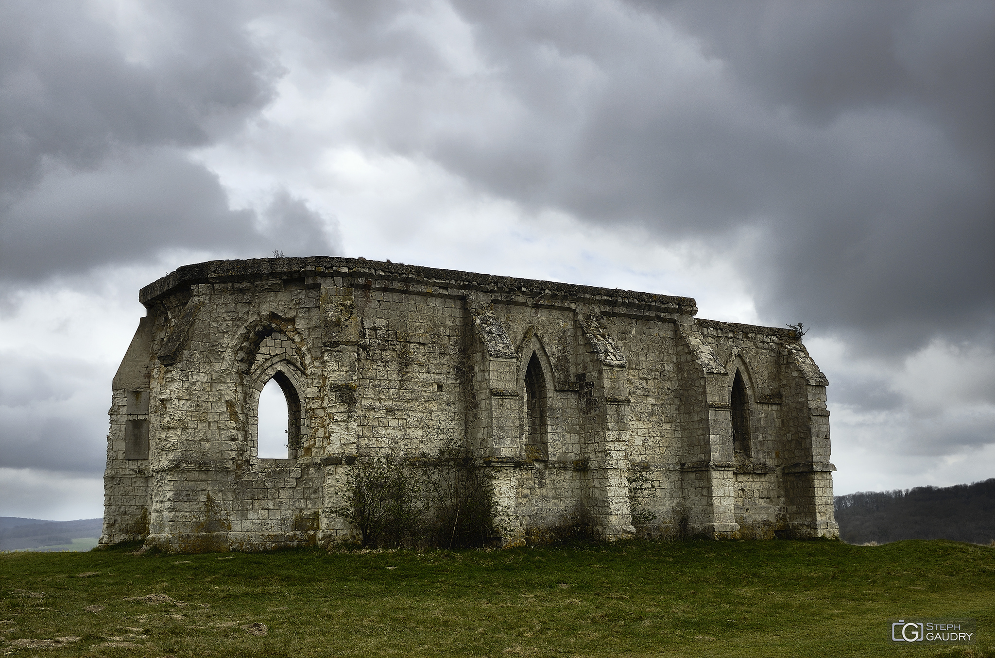 The ruins of the 13th century chapel of Saint Louis at Guémy [Klik om de diavoorstelling te starten]