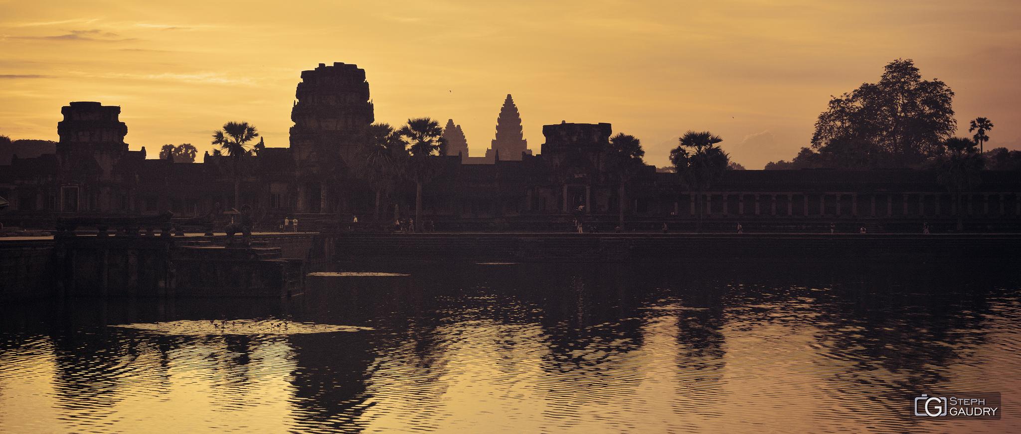 Lever de soleil sur Angkor Vat [Cliquez pour lancer le diaporama]