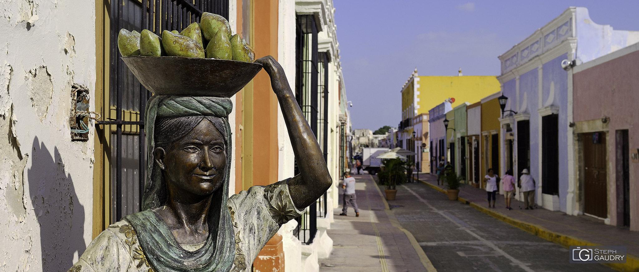 Campeche - Statue de femme avec panier de fruits [Cliquez pour lancer le diaporama]