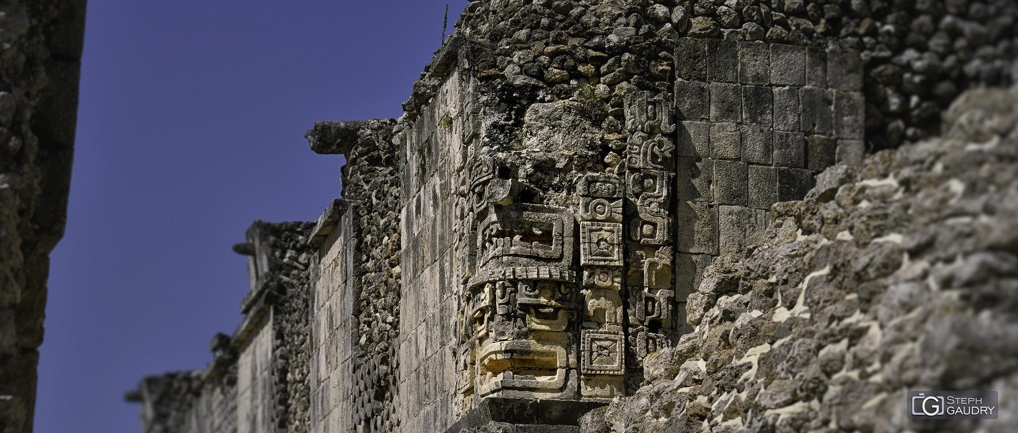 Uxmal - têtes sculptées dans les angles [Click to start slideshow]