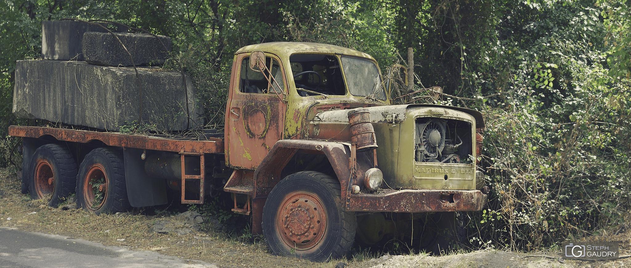 Vecchio camion arrugginito, abbandonato in cave di marmo [Cliquez pour lancer le diaporama]