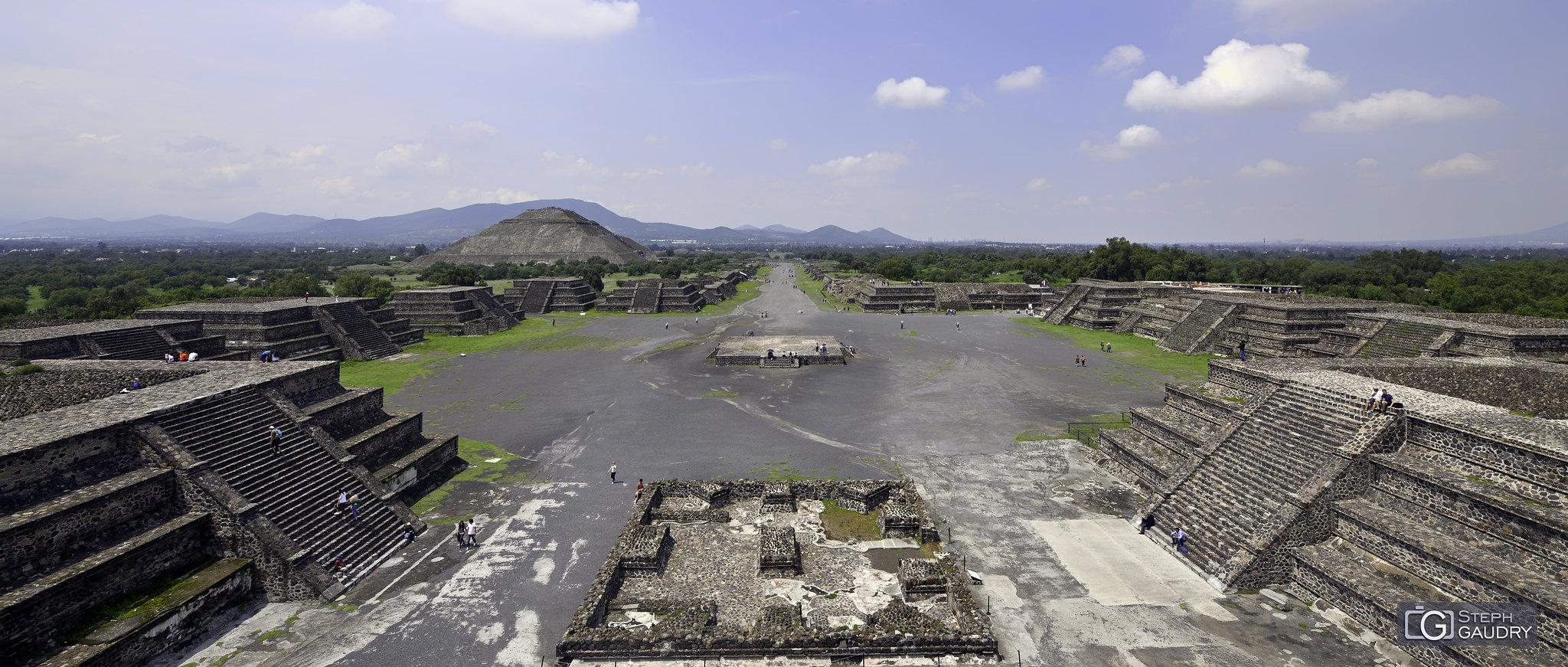 Teotihuacan - Vue sur la chaussée des Morts depuis la pyramide de la Lune [Klik om de diavoorstelling te starten]
