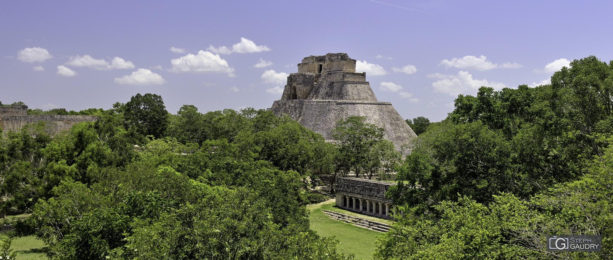 La pyramide du Devin à Uxmal [Click to start slideshow]