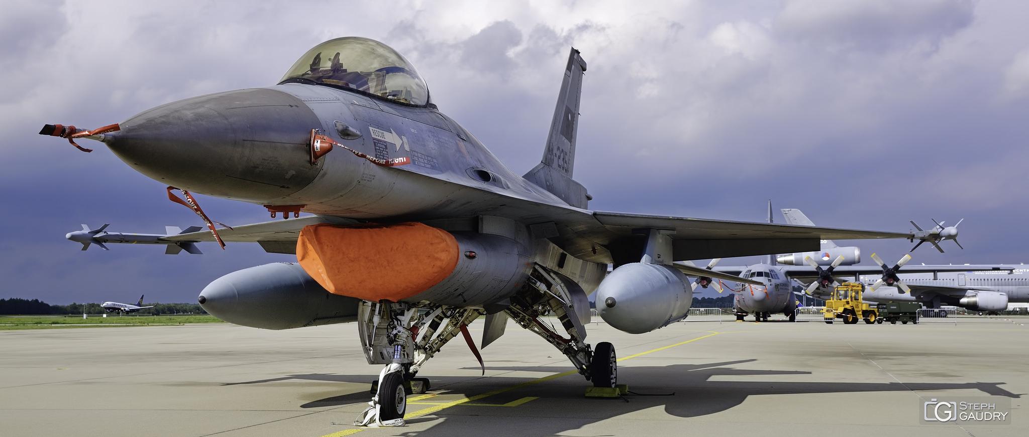 F-16 Fighting Falcon + C130 - KDC10 [Klik om de diavoorstelling te starten]