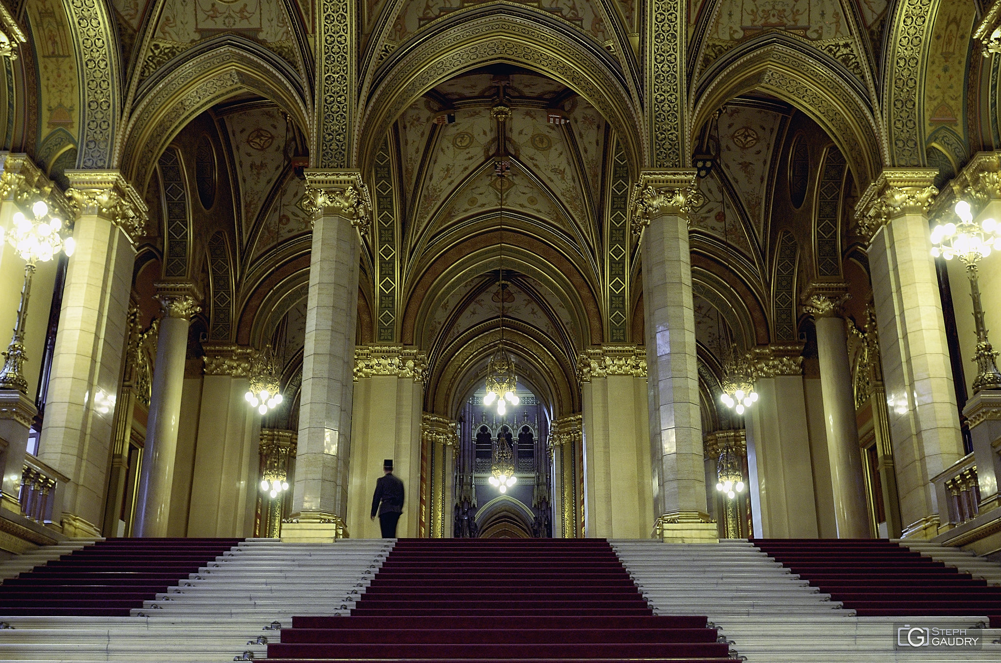 Escaliers et plafonds du parlement Hongrois [Click to start slideshow]