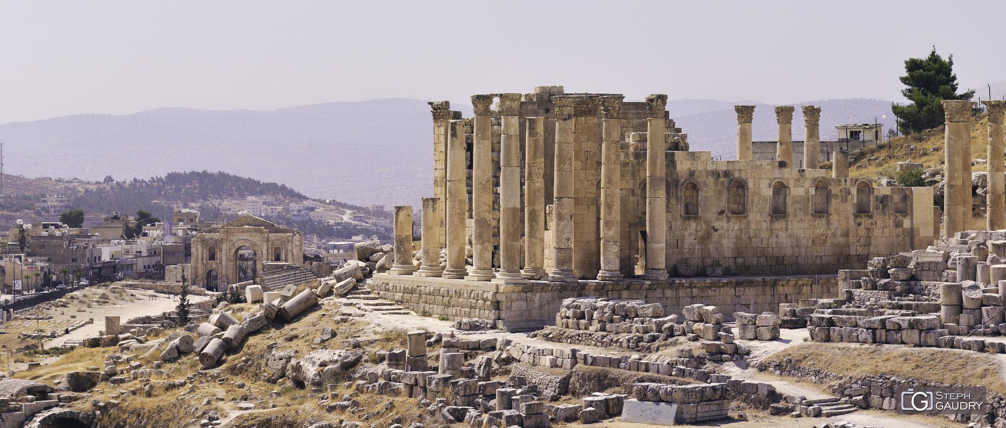 Jerash (JOR) - Le sanctuaire de Zeus (droite) et l'Arc d'Hadrien (gauche) [Click to start slideshow]