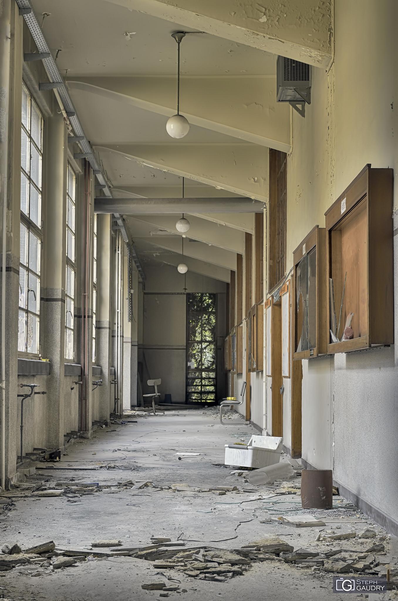 Institut de mécanique - couloir décrépi [Click to start slideshow]