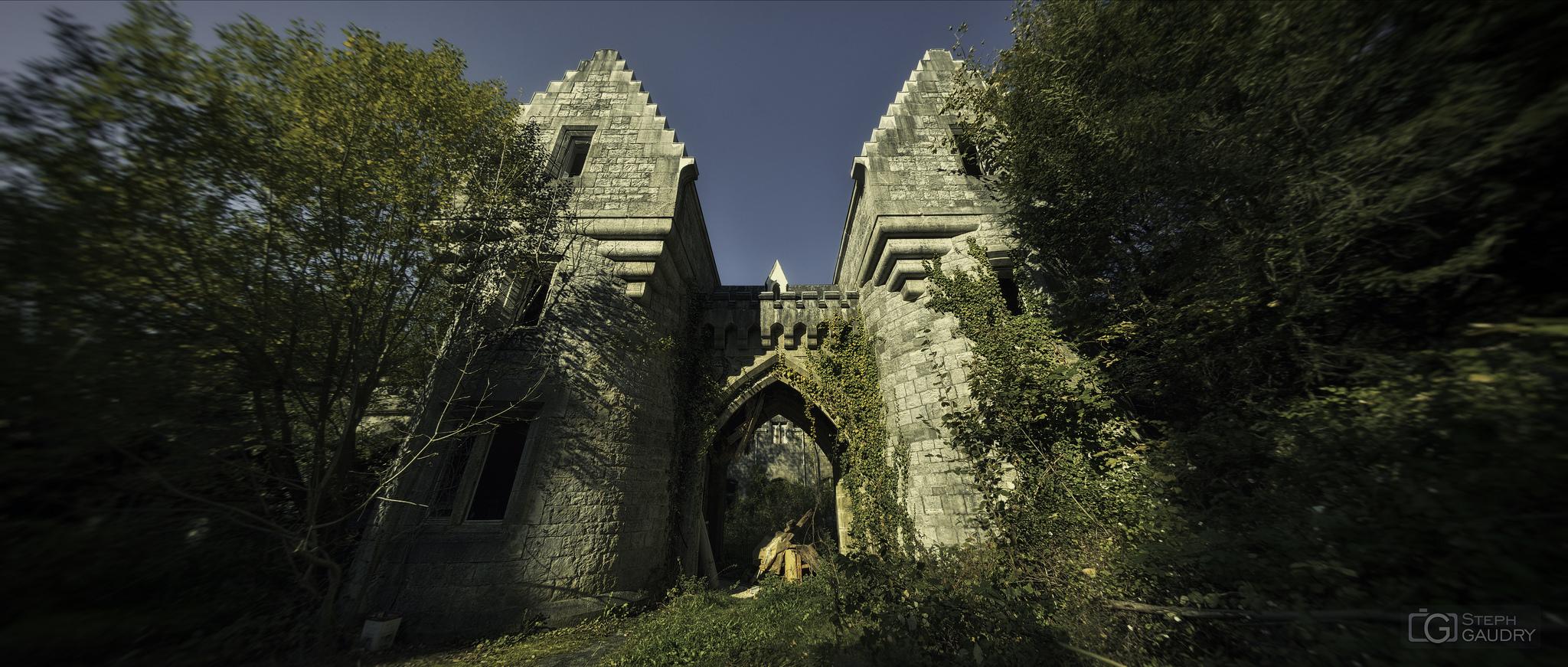Les dépendances du château Noisy - accès aux écuries [Click to start slideshow]