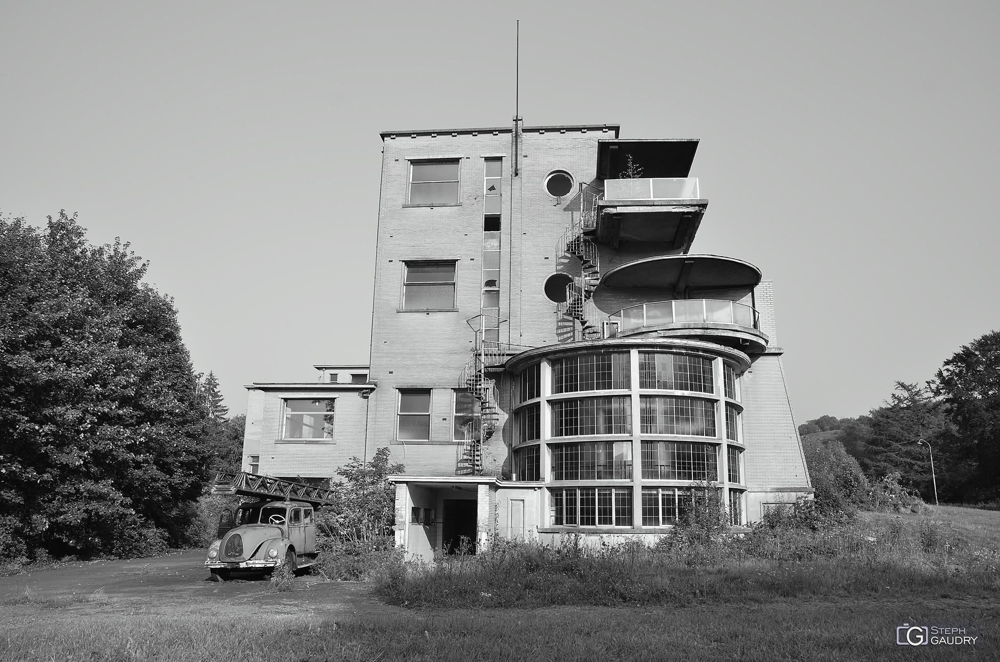 Sanatorium et camion de pompiers [Click to start slideshow]