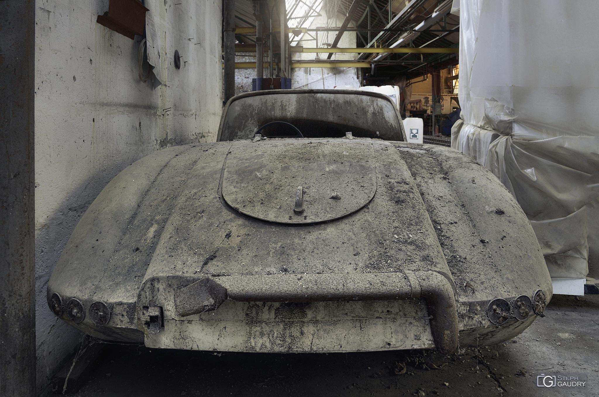 Garage Imperia - voiture abandonnée - arrière [Cliquez pour lancer le diaporama]