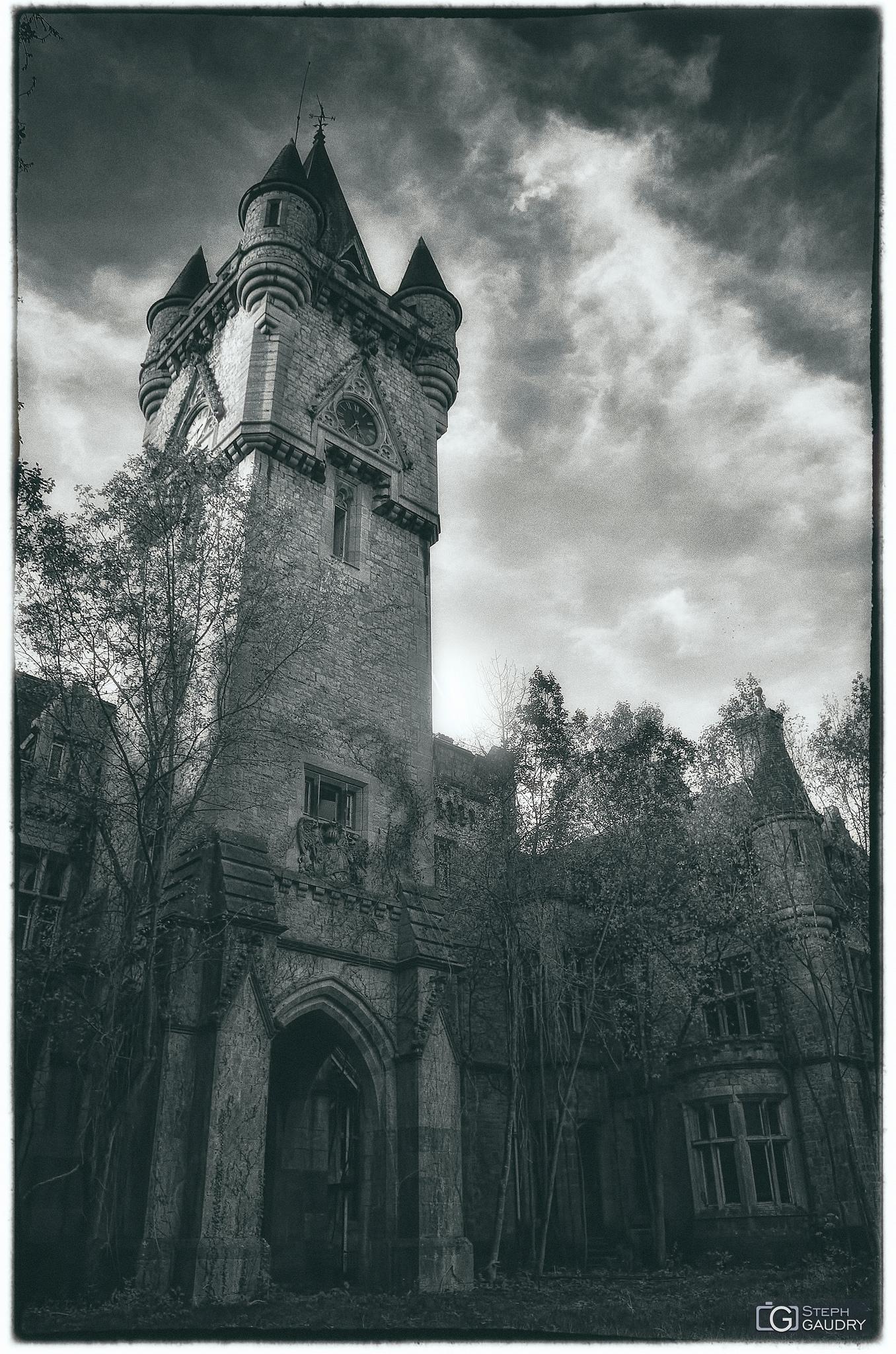 Photo vintage de la tour de l'horloge du château de Noisy [Click to start slideshow]