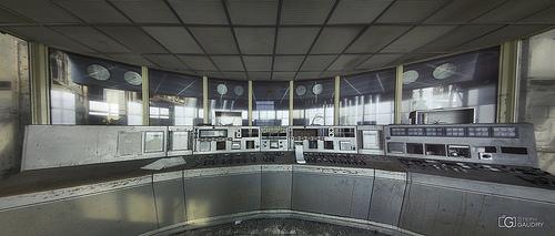 Vue d'ensemble de la petite salle de contrôle grise
