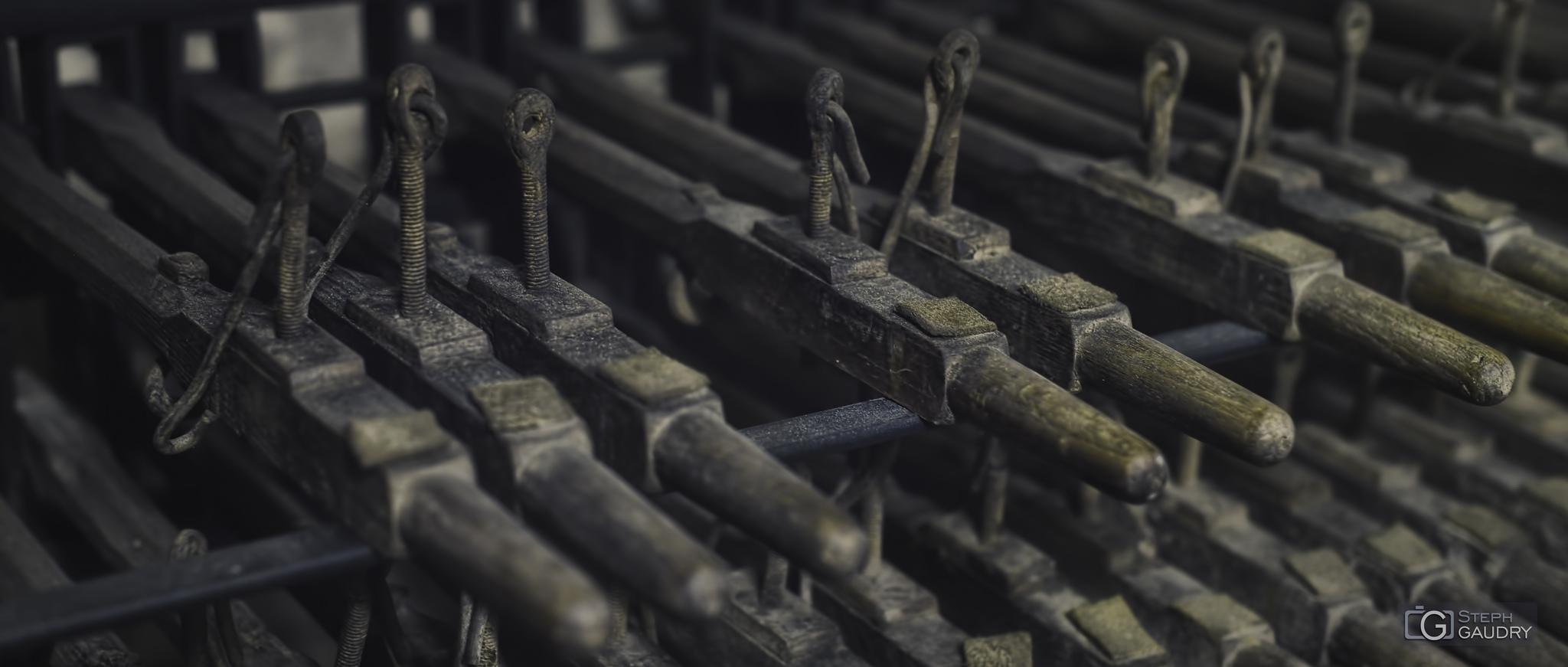 Clavier du carillon de la collégiale Saint-Barthélemy [Cliquez pour lancer le diaporama]