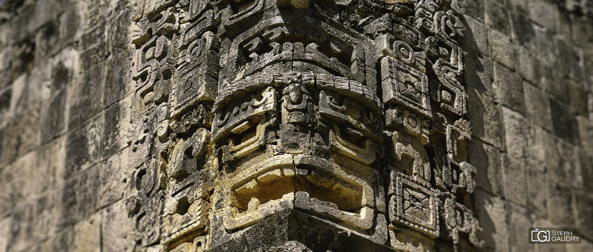 Uxmal - gros plan sur une tête en bas relief [Click to start slideshow]
