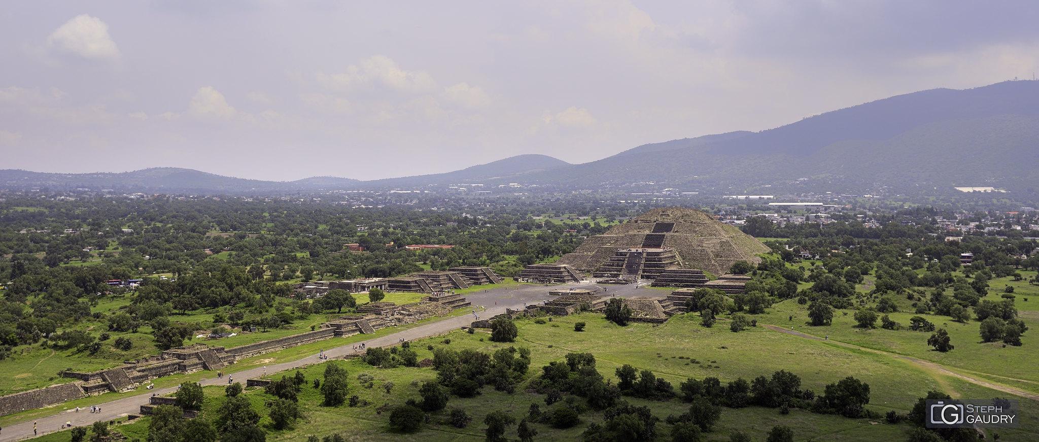 Teotihuacan - la chaussée des Morts et la pyramide de la lune [Click to start slideshow]