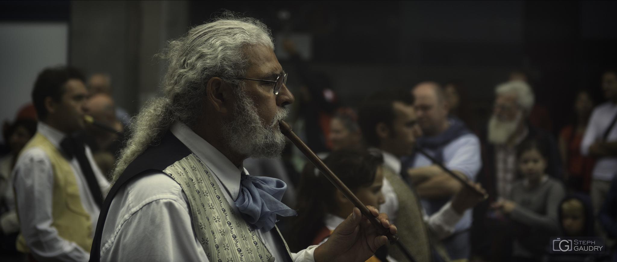 Le joueur de flûte, facilitant le passage entre le monde des vivants et celui des morts [Cliquez pour lancer le diaporama]