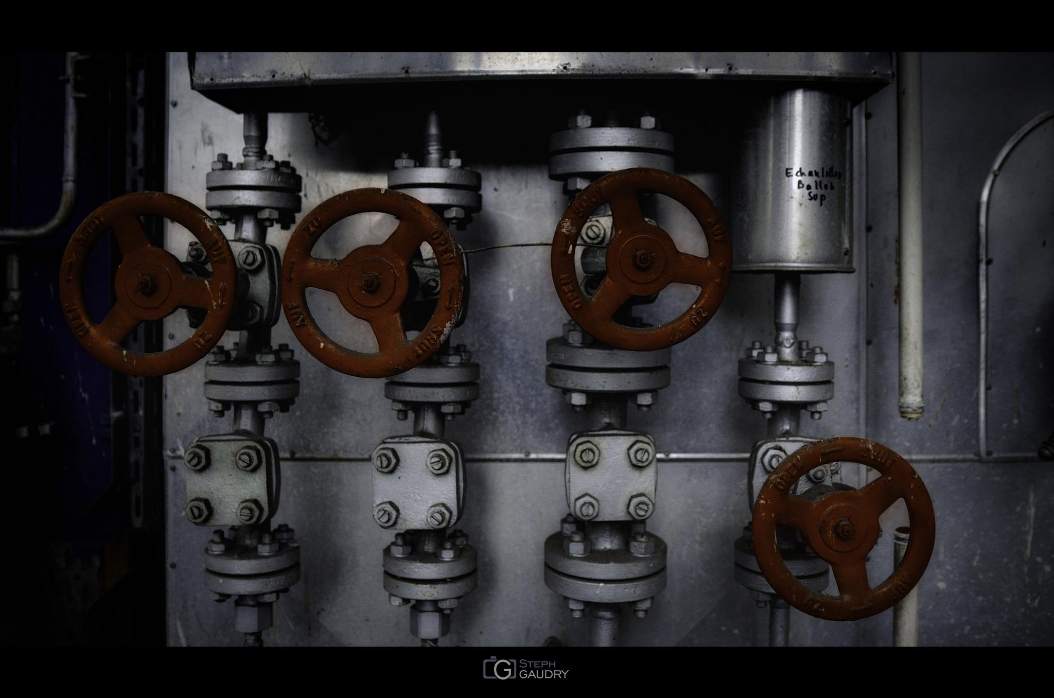 4 Red valves [Click to start slideshow]