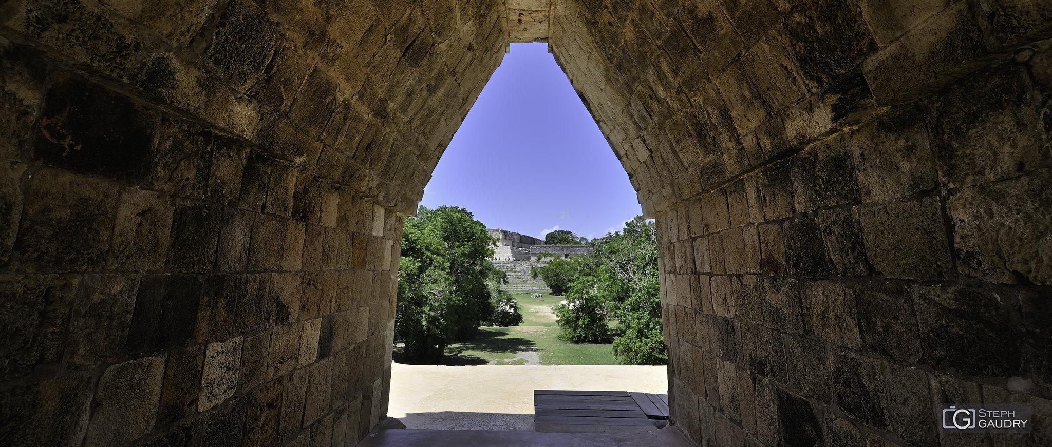 Uxmal - arche du quadrilatères des nonnes [Klicken Sie hier, um die Diashow zu starten]
