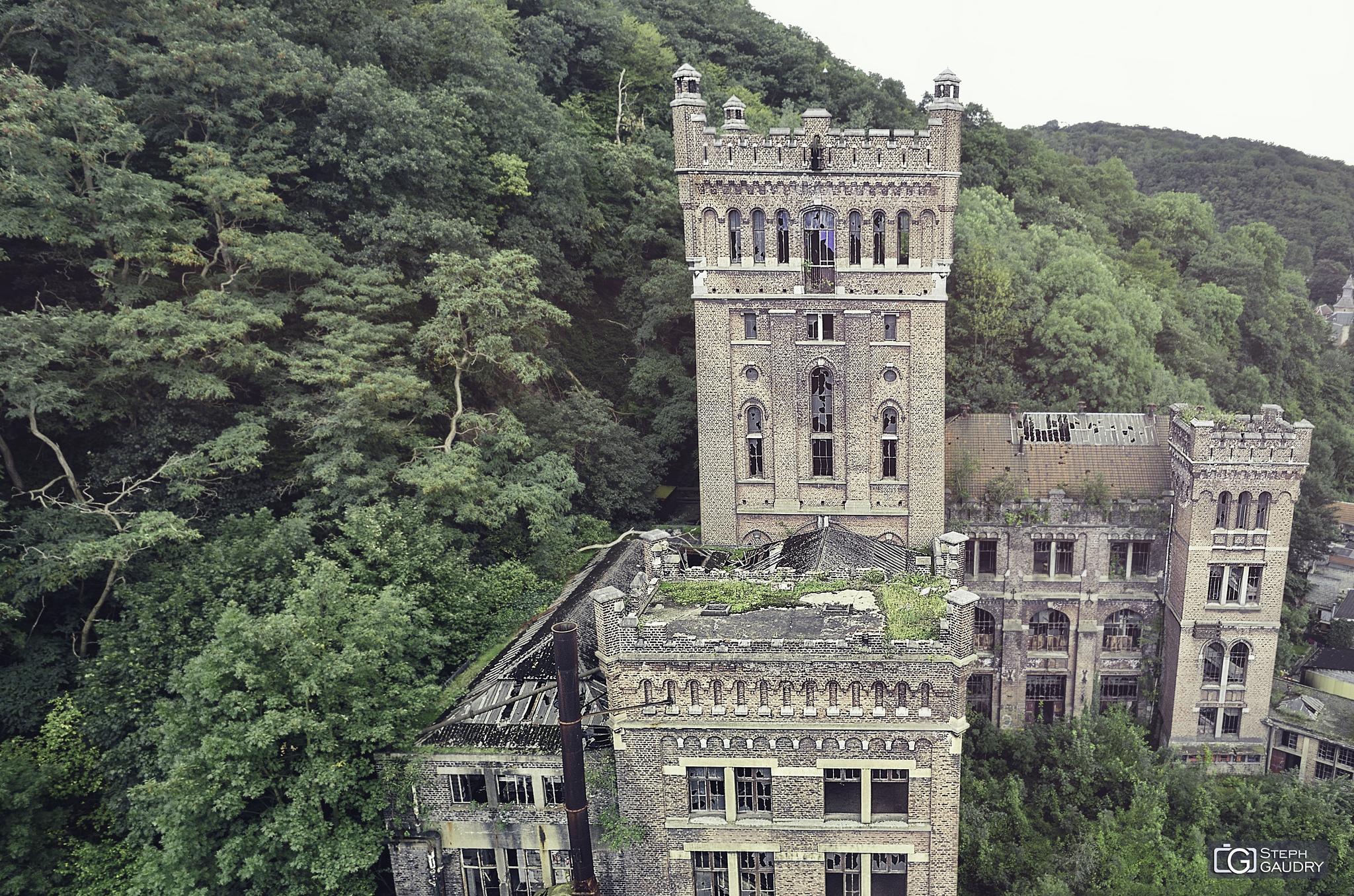 Le château (puits n°1) vu depuis la tour du puits n°3 [Click to start slideshow]