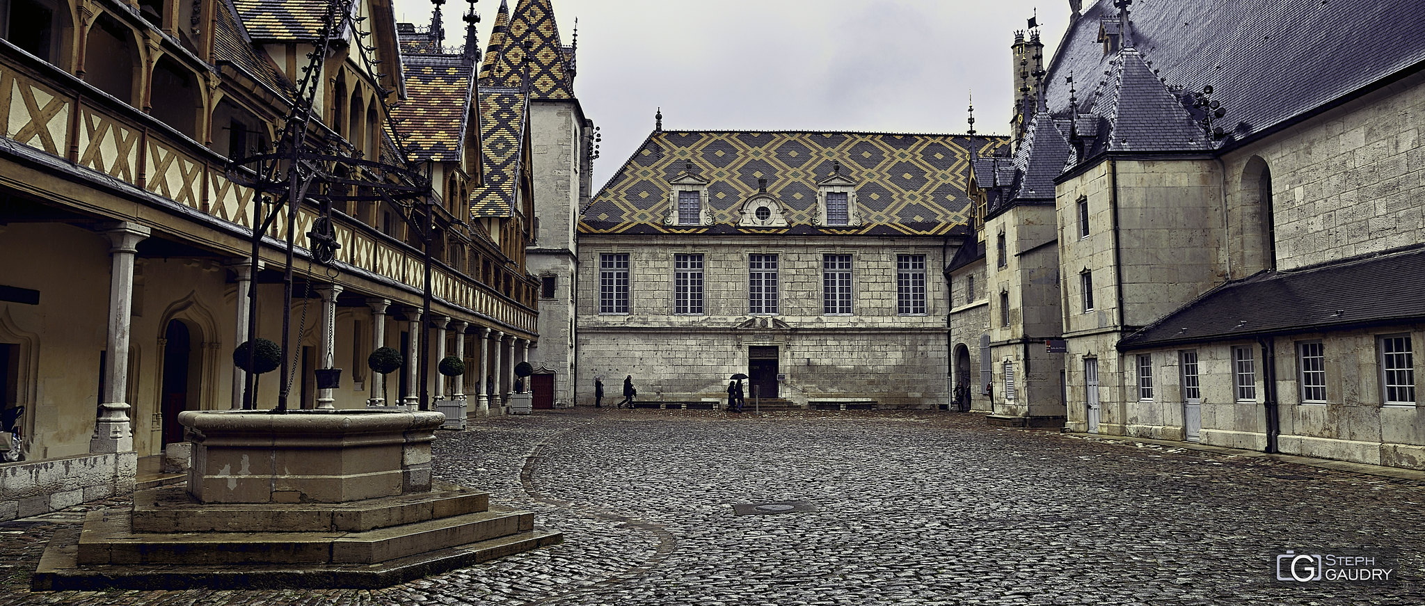 Cour intérieure des hospices de Beaune - puits en ferronnerie gothique